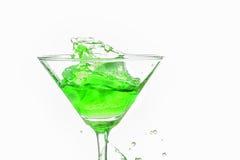 Chapoteo verde del cóctel en el fondo blanco Imagen de archivo