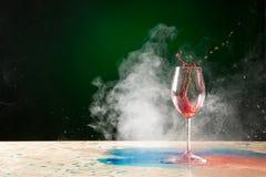 Chapoteo y humo de la copa de vino Imagen de archivo libre de regalías