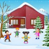 CHappy Kind, das im schneienden Dorf spielt stock abbildung