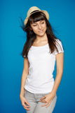Chapéu de palha branco vestindo de sorriso da mulher despreocupada Fotografia de Stock
