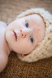 Chapéu vestindo da malha do bebê Fotos de Stock
