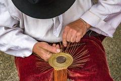 Chapucero tradicional Drotar que hace un cuenco del alambre Fotografía de archivo libre de regalías