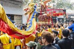 Chaque année, le 4ème jour du 1er mois lunaire, le village de Dong Ky tient un festival de pétard Images libres de droits