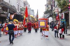 Chaque année, le 4ème jour du 1er mois lunaire, le village de Dong Ky tient un festival de pétard Photographie stock libre de droits