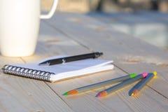 Chaque composition en journal intime de jour sur le bureau en bois avec la tasse de café Image stock