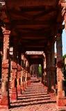 Chaque pilier d'un couloir vide vous rappelle une histoire distincte du passé Images stock