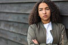 Chaqueta de bombardero afroamericana del verde de la mujer del adolescente de la raza mixta triste Fotografía de archivo
