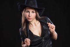 Chaqueta de cuero de la muchacha atractiva hermosa joven y sombrero de vaquero negro Imagen de archivo libre de regalías