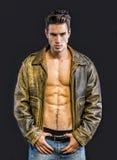 Chaqueta de cuero que lleva hermosa del hombre joven en desnudo Fotos de archivo