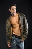 Chaqueta de cuero que lleva hermosa del hombre joven en el torso desnudo Fotos de archivo