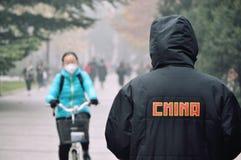 Chaqueta de la máscara de la contaminación de la niebla con humo de China fotografía de archivo libre de regalías