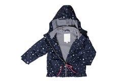 Chaqueta de los niños aislada Una chaqueta azul marino de moda elegante con los puntos blancos y guarnición rayada blanca azul pa fotos de archivo