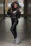 Chaqueta de Wearing Black Winter del modelo de moda del encanto Imagen de archivo libre de regalías