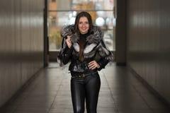 Chaqueta de Wearing Black Winter del modelo de moda del encanto Imágenes de archivo libres de regalías