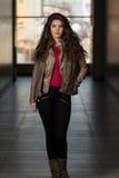 Chaqueta de Wearing Brown Winter del modelo de moda del encanto Fotografía de archivo