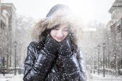 Chaqueta del invierno del adolescente que lleva en la ciudad Fotografía de archivo libre de regalías