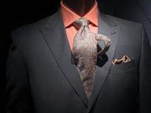 Chaqueta gris con la camisa, el lazo y el handkerchie anaranjados Foto de archivo