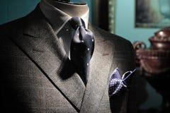 Chaqueta gris, lazo azul marino y pañuelo Imagenes de archivo