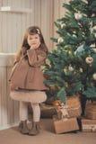 Chaqueta gris vestida elegante del invierno caliente acogedor del carro de la muchacha morena joven de la señora con la piel que  Foto de archivo libre de regalías