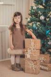 Chaqueta gris vestida elegante del invierno caliente acogedor del carro de la muchacha morena joven de la señora con la piel que  Imagen de archivo