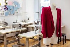 Chaqueta roja de una nueva colección de la moda que es demostrada en un maniquí foto de archivo