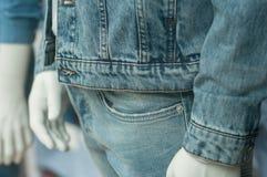 Chaqueta y pantalones azules de la mezclilla en maniquí en la moda fotos de archivo libres de regalías