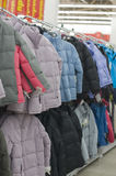 Chaquetas del invierno en un almacén Fotos de archivo