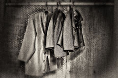 Chaquetas del vintage que cuelgan de poste de bambú fotos de archivo