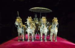 Char en bronze d'empereur dans le musée d'armée de terre cuite de Xian, le 5 février 2015, Prague photo stock