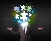 Charakter in der Klage mit Puzzlespielkopfkonzept Stockfotografie
