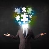 Charakter in der Klage mit Puzzlespielkopfkonzept Stockbilder