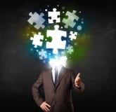 Charakter in der Klage mit Puzzlespielkopfkonzept Lizenzfreie Stockfotos