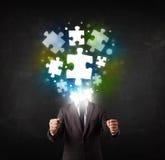 Charakter in der Klage mit Puzzlespielkopfkonzept Stockfoto