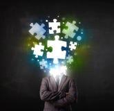 Charakter in der Klage mit Puzzlespielkopfkonzept Lizenzfreie Stockbilder