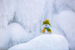 Charakter der Schneemann im Hut und im Schal Lizenzfreie Stockfotografie
