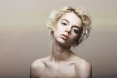 Charakter. Individualität. Echtes sentimentales blondes Haar-Frauen-Träumen Stockbild