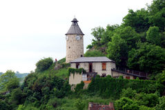 Charakterhaus und ein Glockenturm Lizenzfreie Stockfotos