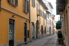 Charakteristische schmale Straße mit Weihnachtsbeleuchtungen in Crema in der Provinz von Cremona in Lombardei (Italien) Lizenzfreie Stockfotografie