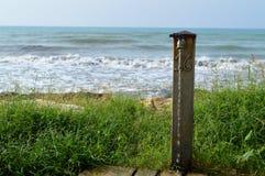 Charakteristischer Brunnen in einem Blick von sizilianischem Meer, Donnalucata, Mittelmeer, Italien, Europa Stockfoto
