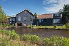 Charakteristisches Haus und im Dorf De Woude auch sich sträuben Stockfotografie