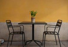 Charakteristisches italienisches Restaurant mit Stühlen und Tabelle draußen stockfoto