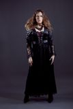 Junge Frauen im schwarzen langen Kleid lizenzfreie stockfotografie