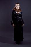 Junge Frauen im schwarzen langen Kleid stockfotografie