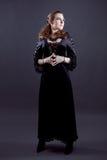 Junge Frauen im schwarzen langen Kleid lizenzfreies stockbild