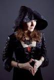 Junge Frauen im schwarzen langen Kleid stockbild