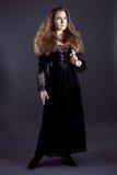Młode kobiety w czerni tęsk suknia Obraz Royalty Free