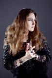 Młode kobiety w czerni tęsk suknia Fotografia Royalty Free