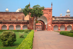 Charbagh lub Agra Czerwony fort w ranek mgle Zdjęcie Royalty Free