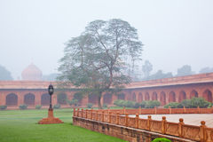 Charbagh of Mughal-Tuin in ochtendmist Stock Foto's