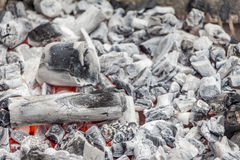 Charbon blanc prêt pour faire cuire dans un gril de barbecue Photo stock